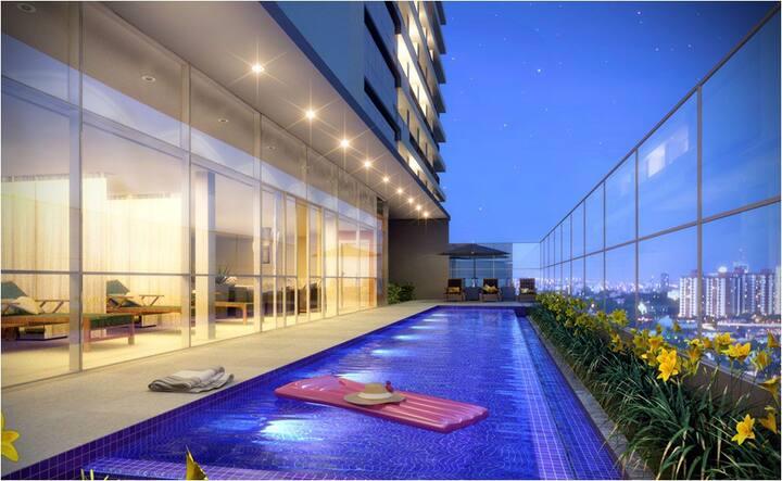 Apartamento moderno com piscina aquecida e garagem