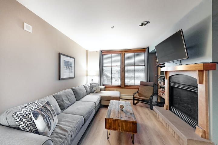 Eclectic condo w/ full kitchen and mountain views - super close to slopes!
