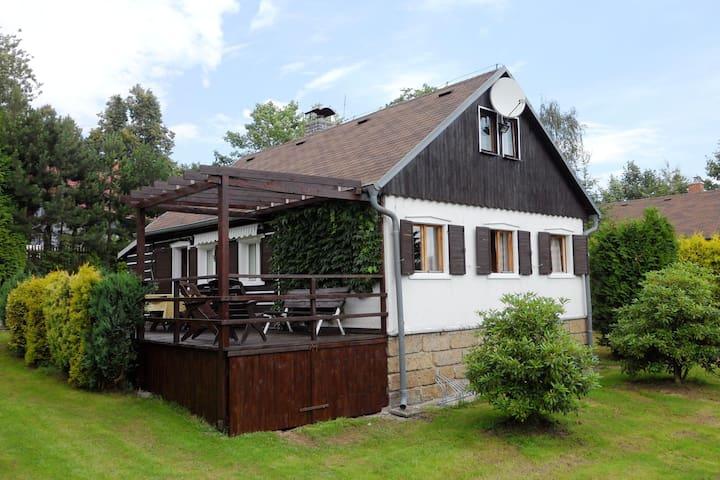 Leuk huis met een terras in het Lausitzer gebergte, op 200 meter van de landingsbaan