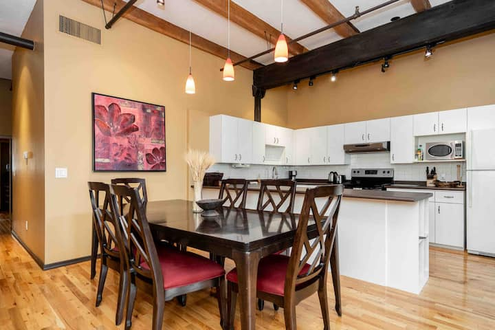 High Ceiling Loft in The Exchange + 24/7 Parking
