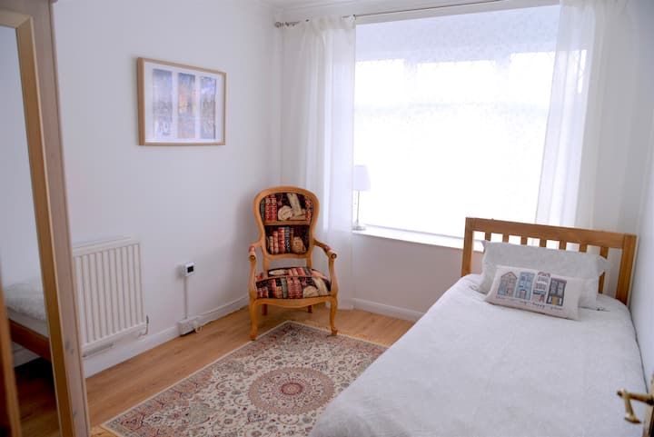Newly Refurbished Tidy Room  in the Cosy Cottage