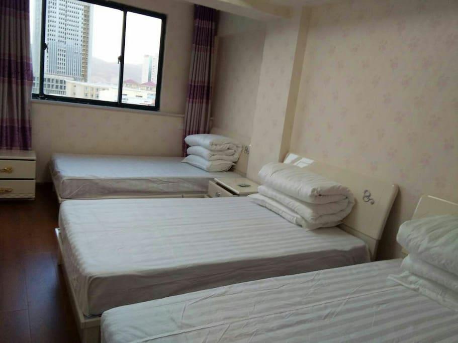 卧室设计三人间,大床单独间,另设加床。
