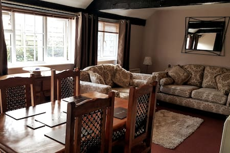 Otters' Lodge: Country cottage close to beaches