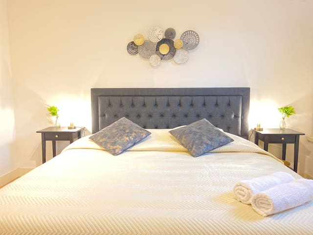 Relax with kingsize bed and private bathrm 420 ;)
