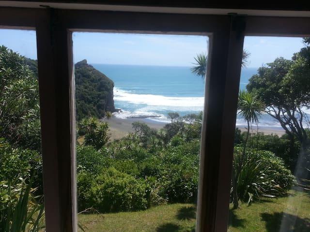 Piha Surf House - Piha Beach