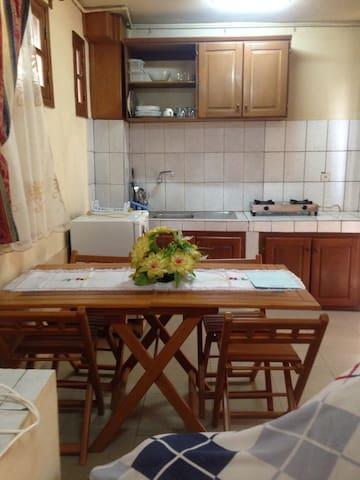 dinner room & Kitchen/Salle à manger et cuisine équipée