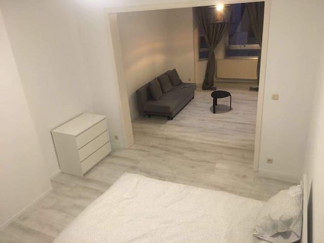 Studio neuf lumineux & spacieux - centre de Halle