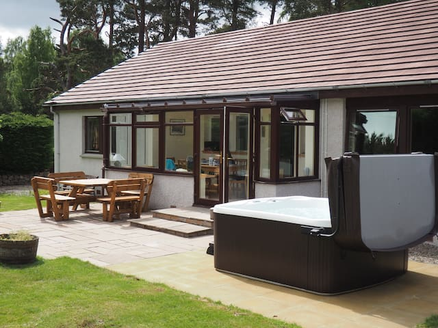 Cosy Cottage Drumbeg; Secluded, Hot-tub & Log Fire