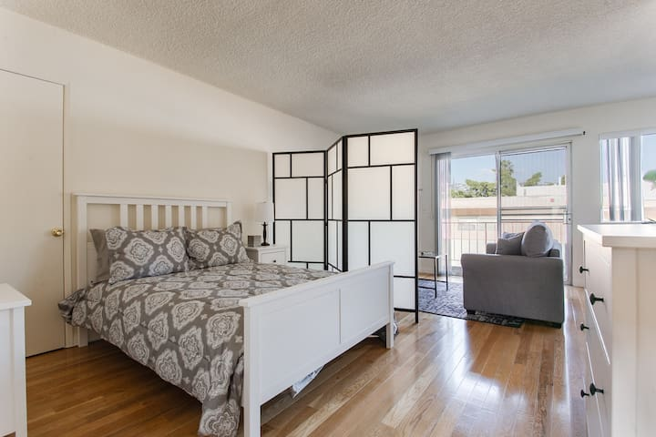 Modern & Spacious Studio in Walk-able WEHO