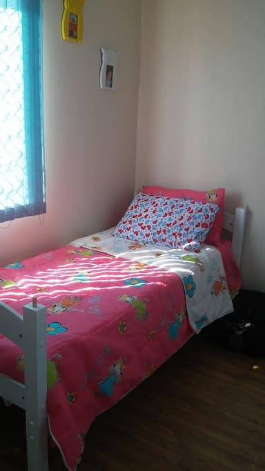 Pode ser 1 cama de solteiro. Jogo de cama limpinho, cores diversas.