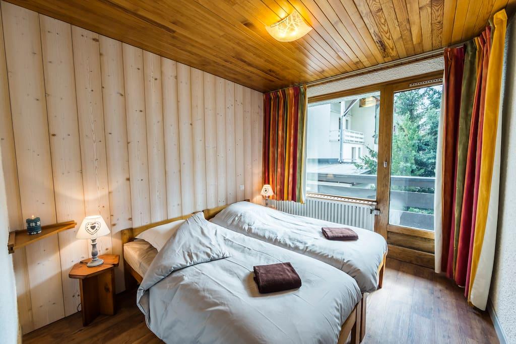 Chambre 1 avec deux lits simple pouvant être rapprochés pour faire un grand lit double