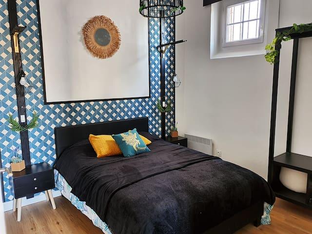 Chambre cosy avec lit double + fenêtre avec store enrouleur