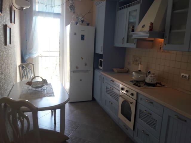 Имеется мультиварка, микроволновка, холодильник, посудомойка, плита и духовка , тостер , кастрюли, сковородки , тарелки  , бокалы и чашки,ложки и вилки