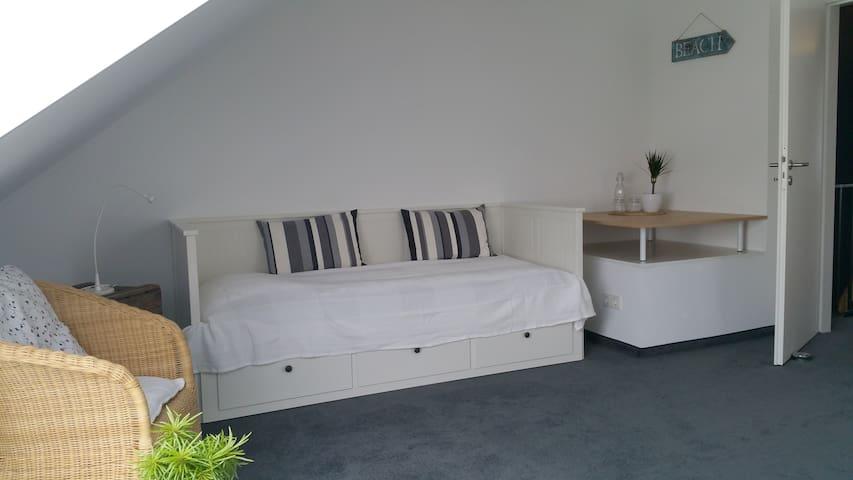 Ruhiges und modernes DG-Zimmer mit privatem Bad