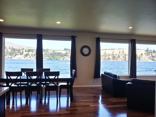3-Story, New Large Waterfront Home on Lake Chelan - Chelan - Hus