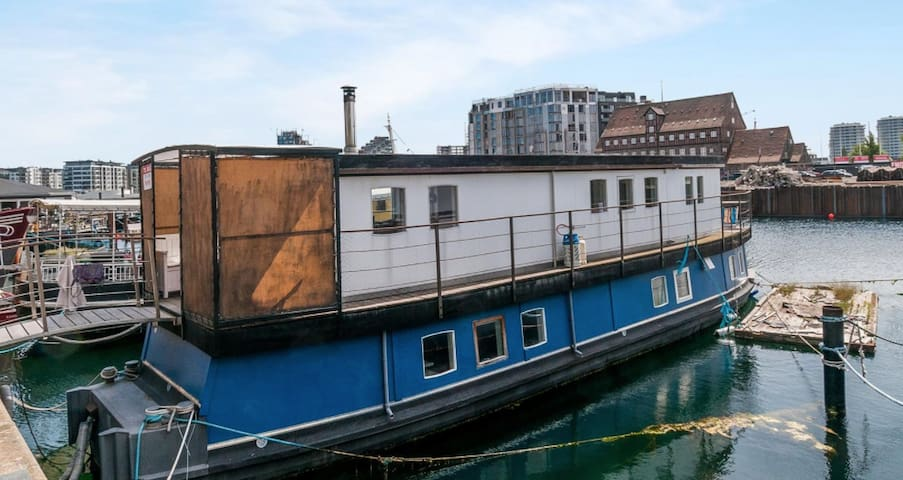 Charming houseboat in central CPH