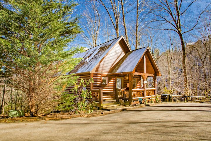 Private Wears Valley Cabin Near Hiking w/ Hot Tub