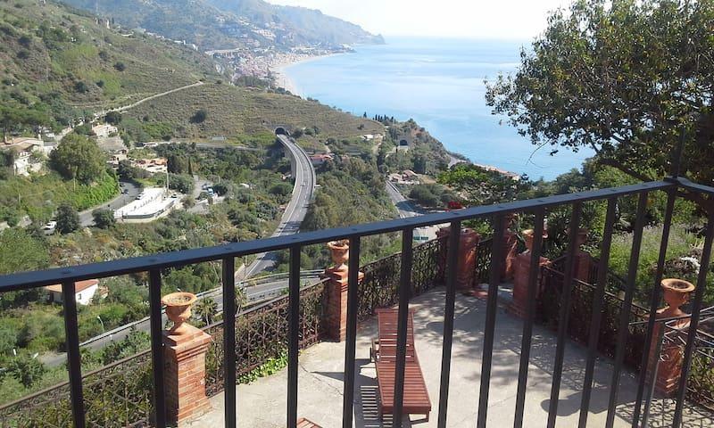 La Cage Aux Folles villa a Taormina