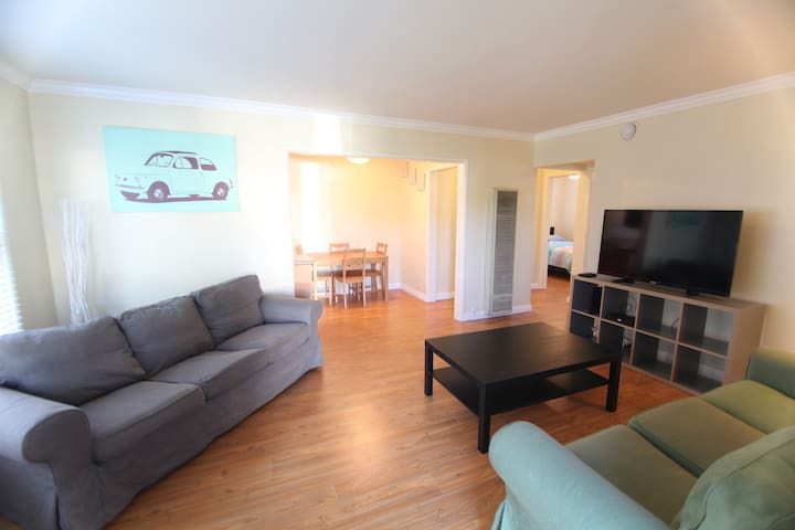 Newly Renovated 2BD 1BA Apt w Wash/Dryer in Unit! - Los Angeles - Appartement