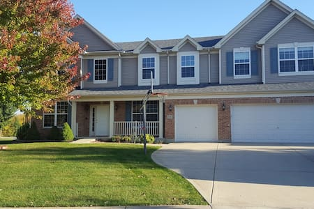 Huge, comfortable 4 bedroom in quiet neighborhood. - Bolingbrook