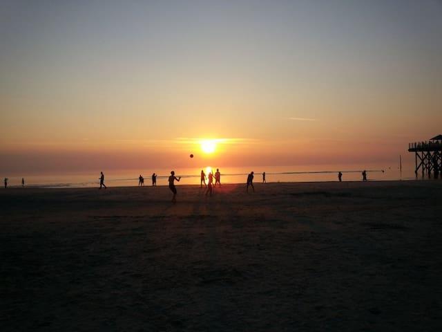 Ballspiele bei Sonnenuntergang
