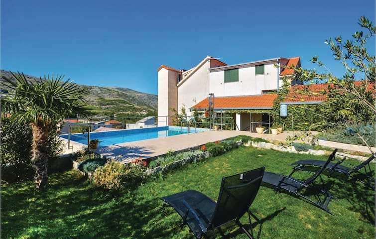 Holiday apartment with 3 bedrooms on 130 m² in Srinjine