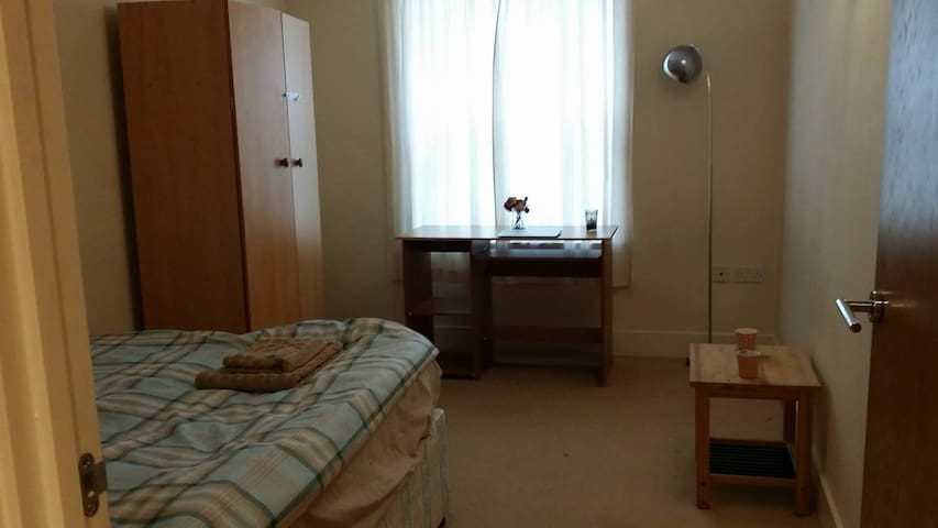 doubleroom + separate bathroom--close to town&uni - Reading - Apartment