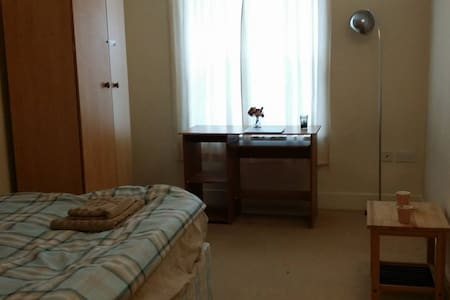 doubleroom + separate bathroom--close to town&uni - Reading