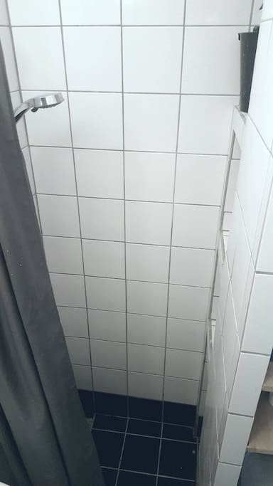 Shower with thermostate and build in shampoo-shelves