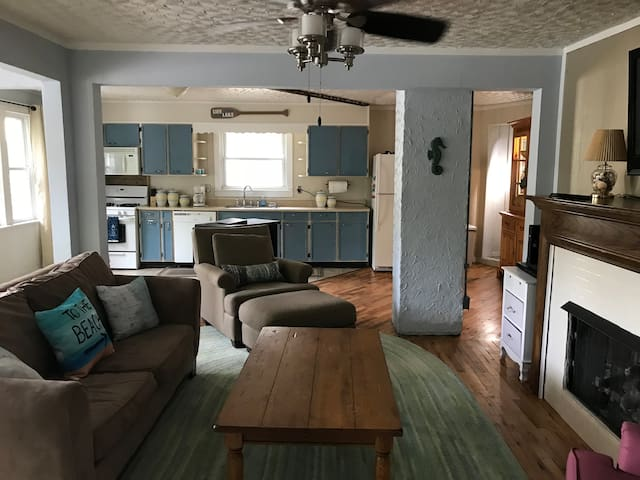 5BD 2BA Cottage walking distance to Sheridan Beach