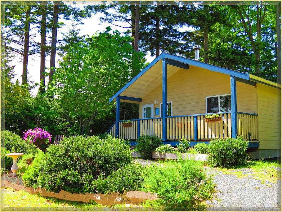 Bright and cozy 700 sq.ft. self-contained cottage