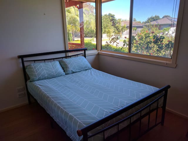 Bright bedroom closed to station/beach in Altona - Altona