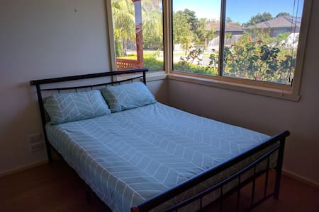 Bright bedroom closed to station/beach in Altona - Altona - Casa