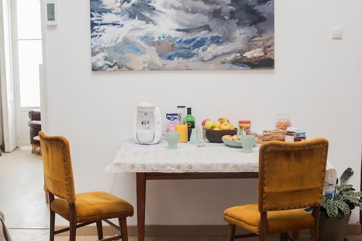 Desayuno completo, con frutas, café, pan casero, mermeladas, aceite de oliva, zumo, leche, cola-cao, cereales y algunos extras cocinados por nosotros con cariño.