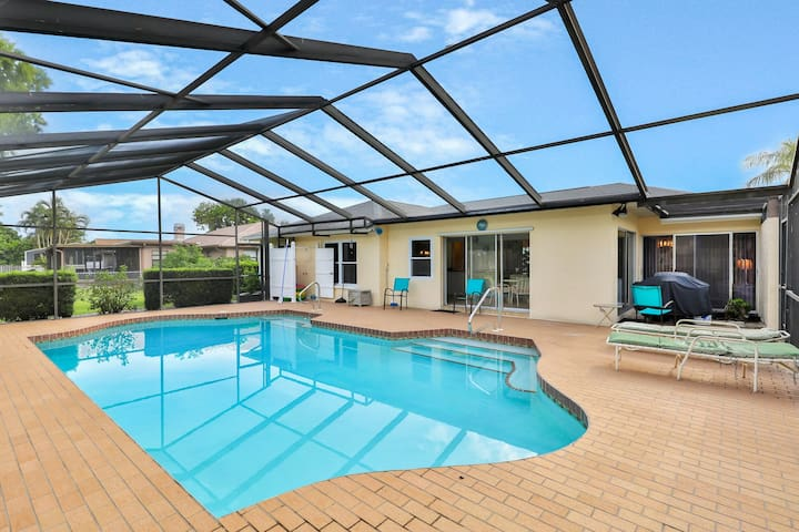Spacious house w/ a private pool - close to shopping, dining, & beaches!