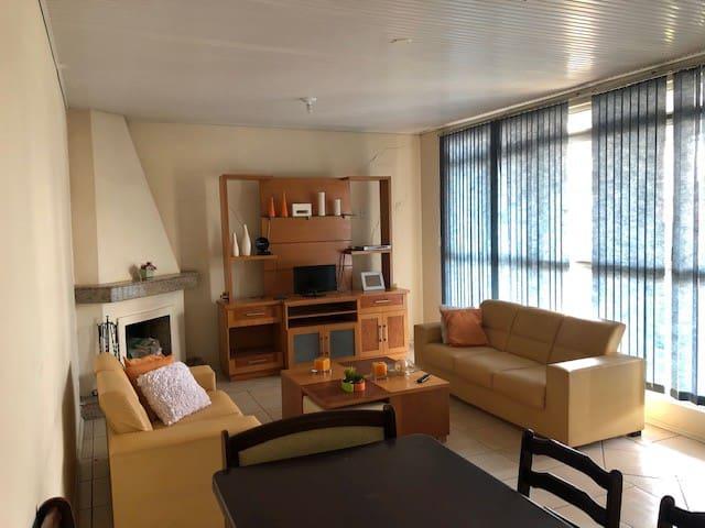 Apartamento semi-mobiliado centro