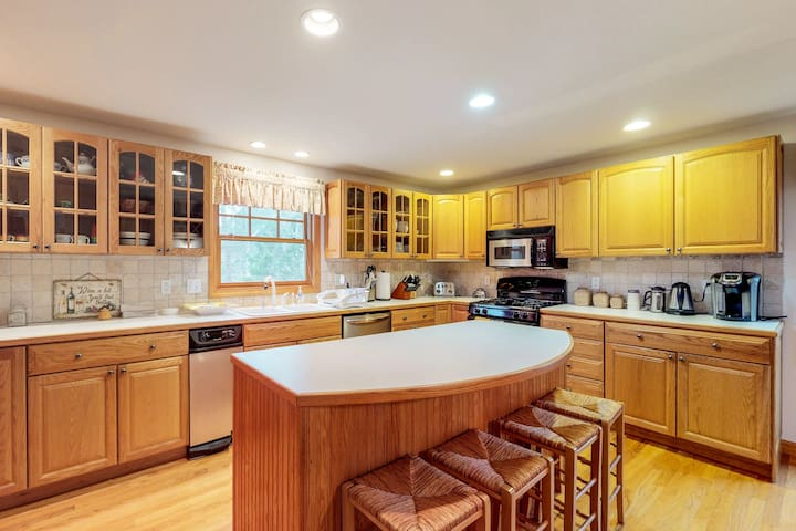 Family friendly home w/ ocean views, pool table, full kitchen, & gas fireplace