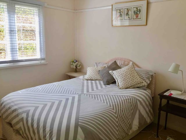 Second bedroom d/bed