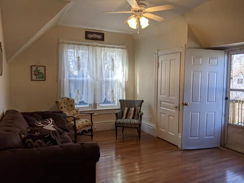 2 Bd 1 Ba Victorian Apartment by the Lake