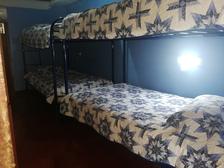 Habitación  Privada # 2  para 1 a 4 Personas