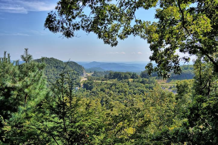 Blowing Rock Skies Cottage with Amazing Views, 2.5 miles from downtown Blowing Rock, AC, Wood Burning Fire Place