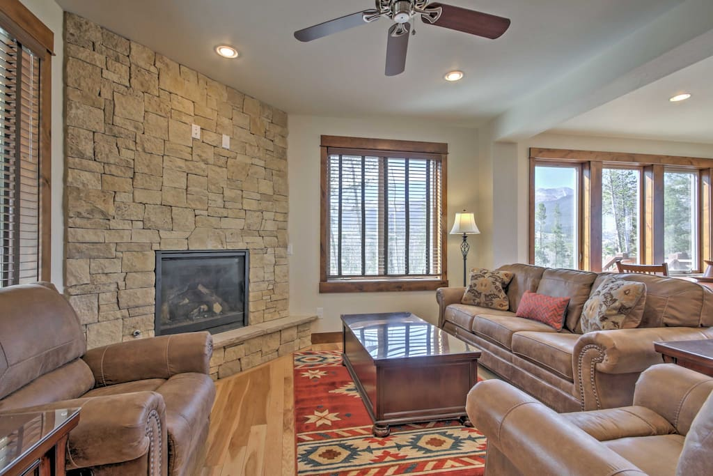After a memorable day on the slopes, come home to lounge in the comfortable living room.