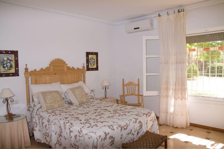 SUITE PRINCIPAL CHALET LOS ALAMOS - Aguadulce - ที่พักพร้อมอาหารเช้า
