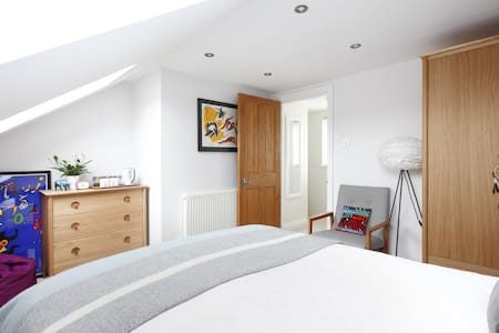 Bright new private loft room with en-suite in Hove - Casa