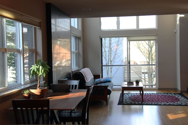 Private top floor master suite in modern home - Seattle - House