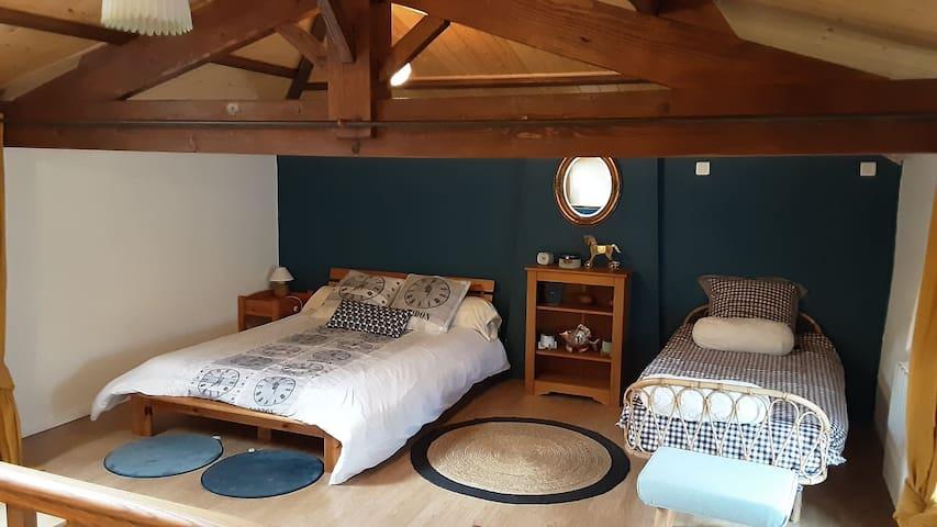 chambre en mezzanine avec 1 lit double 140 et un lit simple