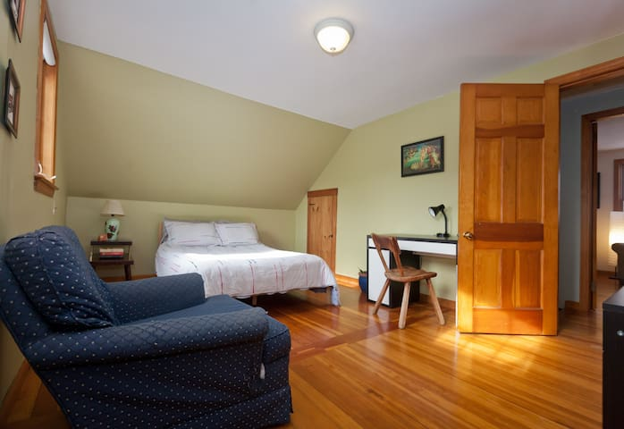 Sunny south-facing room, on bus line - Amherst