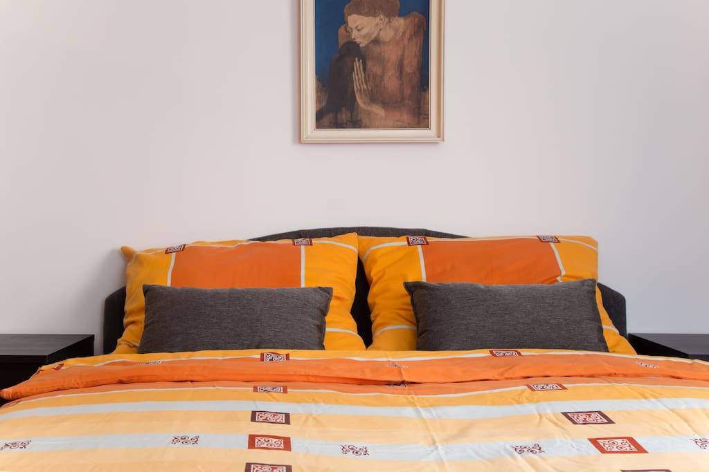 180 x 200 cm guarantees plenty of sleeping space even for the big and tall ones