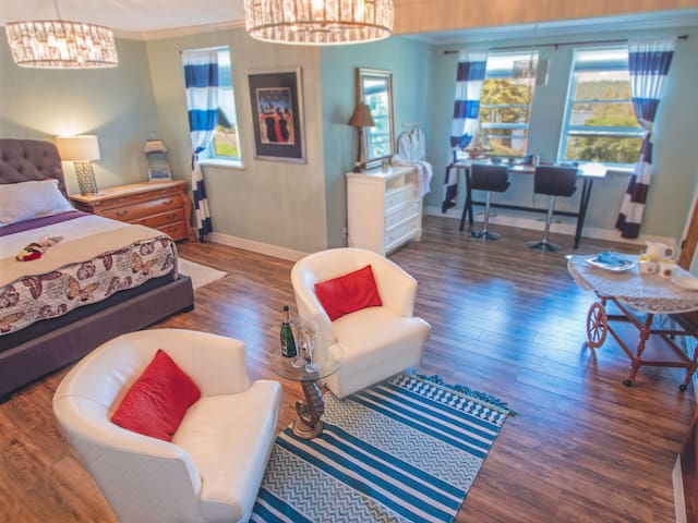 Coastal Wishes- Luxury Suite, ocean View, Hot Tub