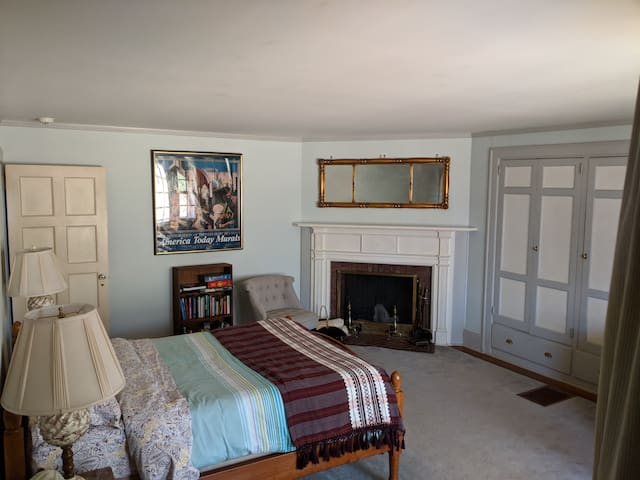 East Rock 2 BR Suite Next to Yale Divinity Sch.
